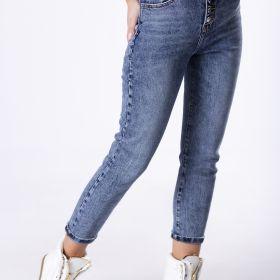 dopasowane spodnie jeansowe z ozdobnymi guzikami